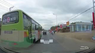 Xe buýt đón trả khách ẩu và xe máy qua đường thiếu quan sát