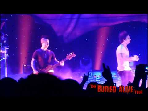 A7X - Synyster Gates lets fan play So Far Away with the band