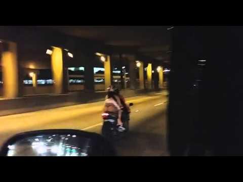 Ta dziewczyna wie jak dobrze wypaść na motocyklu