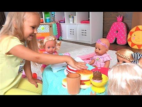 Алиса КАК МАМА кормит кукол ДОЧЕК ! Весело играть в кухню для детей !