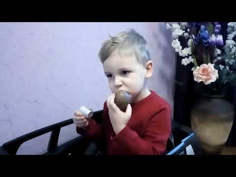 Максим распечатывает шоколадный шар|Супер Детки