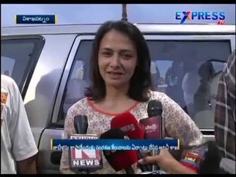 Amala releases Olive Ridley Turtles at RK Beach in Visakhapatnam | Express TV