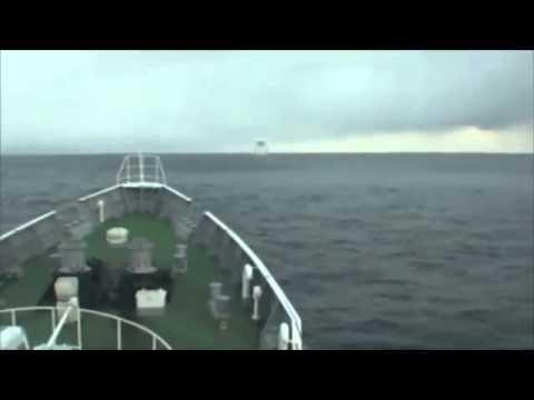 Terremoto en Japón - Barco maniobra sobre ondas del tsunami de Japón .flv