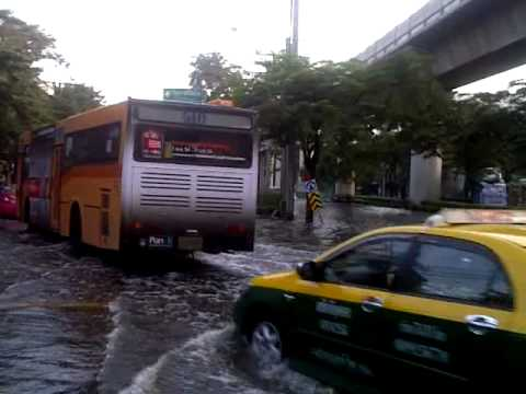 Floodwaters enter Bangkok (Khlong Bang Sue 9/11/2011)
