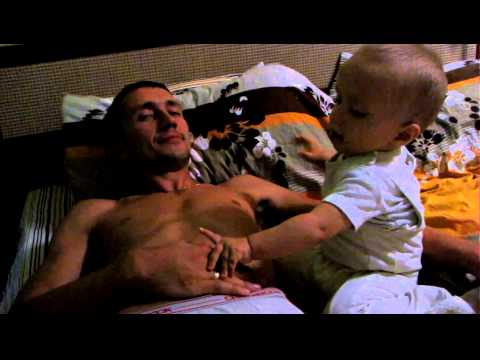 Ребенок мучает отца    смешно у него получается !!! Прикол