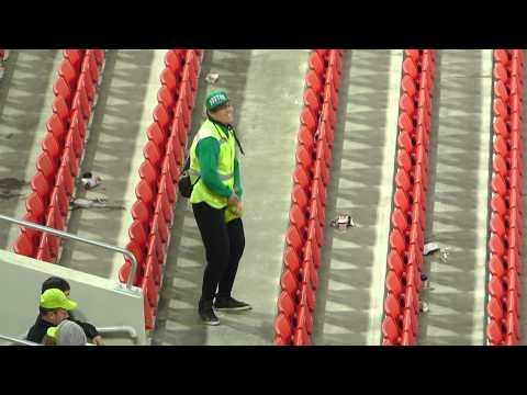 Танцующий стюард «взорвал» стадион на матче Россия-Молдова