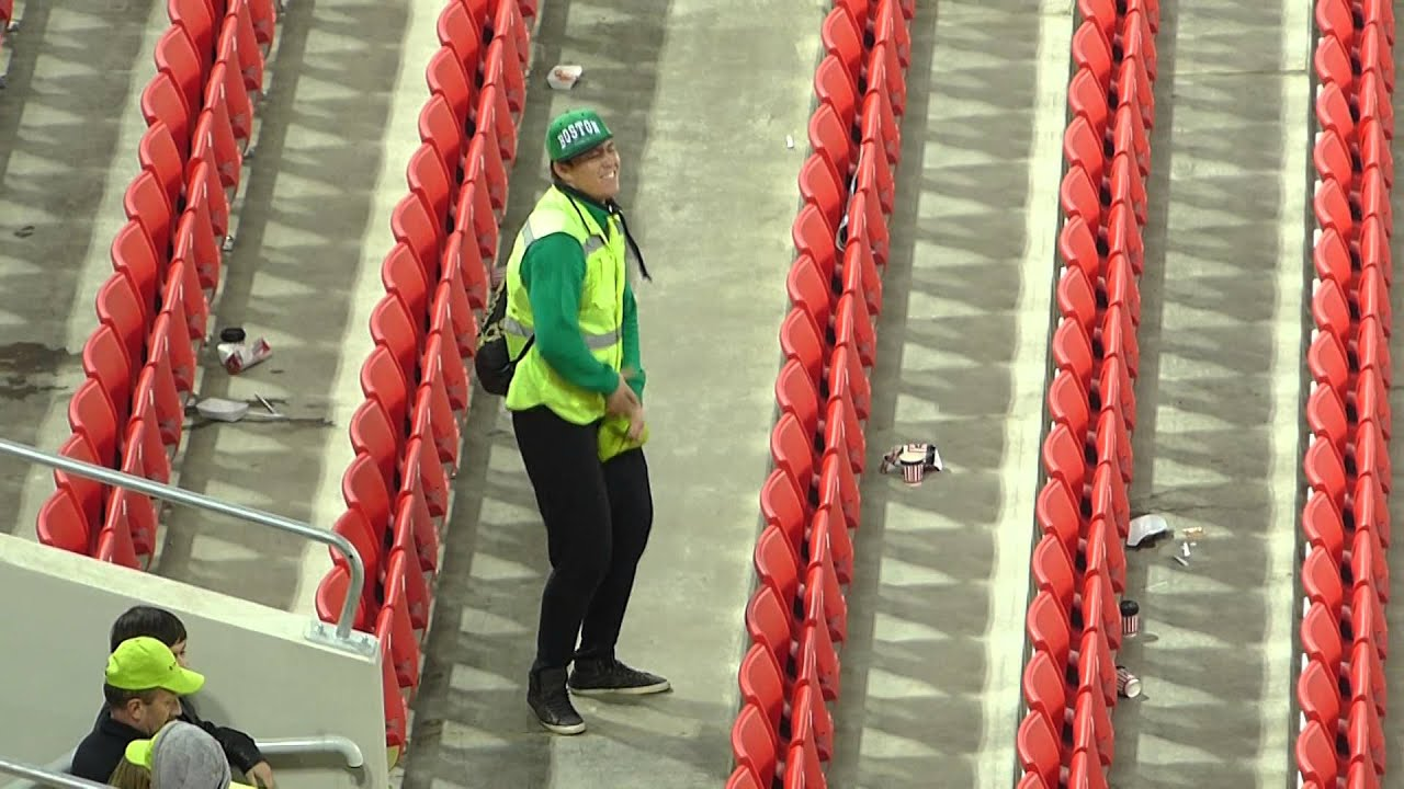 Танцующий стюард на игре Россия - Молдова