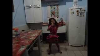 suzana menina alegre cantando