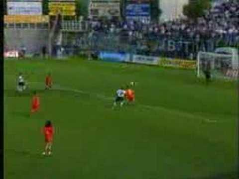 Ravenna vs Cesena 2-1 Gran goal di Salvetti per il momentaneo vantaggio del Cesena (black&white) a Ravenna (red&yellow).