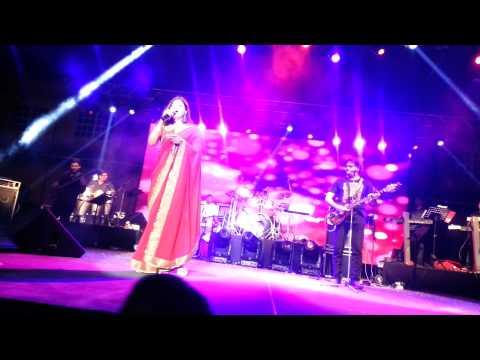 Alka Yagnik - Aisi Deewangi (Deewana) Live in Trinidad