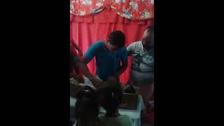 Pai abraça seu filho morto no velório
