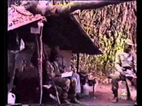 Se describe como algunas guerrillas y grupos terroristas secuestran o toman rehenes y como luego se inicia alrededor del secuestrado una actividad de negociacion por su liberacion que parece...