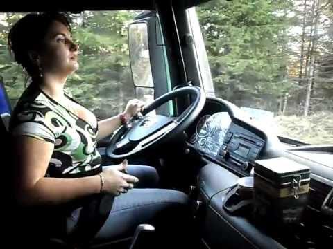 O adevarata soferita profesionista si unica din Romania, pe camion de padure.