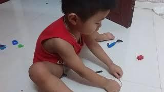 Em Bé 2 tuổi thông minh chơi với dây nịt bị đứt vẫn xếp 24 chữ cái