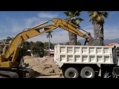 tres excavadoras CAT trabajando
