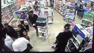 Las imágenes fueron tomadas en una farmacia de Iquique, donde unas 50 personas, entre empleados y clientes, buscaron rápidamente la salida para protegerse de un eventual derrumbe