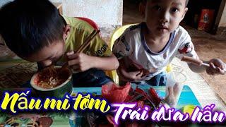 Minh Tùng TV- Ăn mì tôm trong trái dưa hấu