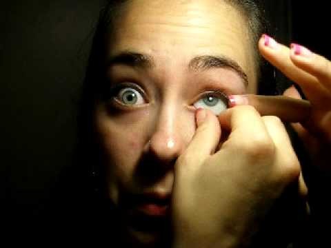Removing and replacing prosthetic eye