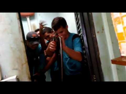 cinco homens lavando um banheiro