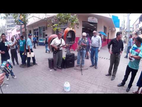 Eventoshn en la peatonal de tegucigalpa, apreciando el arte urbano.