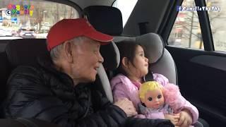 Đi đón ông bà ngoại/ Em LyLy mếu máo vì chị không được đi chung  do xe thiếu chỗ