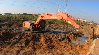 Excavator Hitachi Zaxis 200 Digging Mud