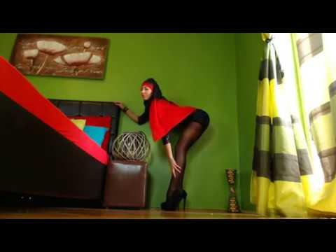 ЧУЛКИ И КОЛГОТКИ: Арабская секси женщина в платье и колготках. Сексуальные ножки и туфли на каблуке.