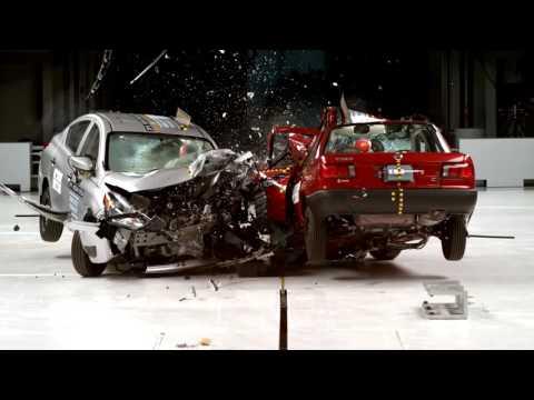 Teste de colisão entre o carro mais barato da Nissan vendido no México e dos EUA