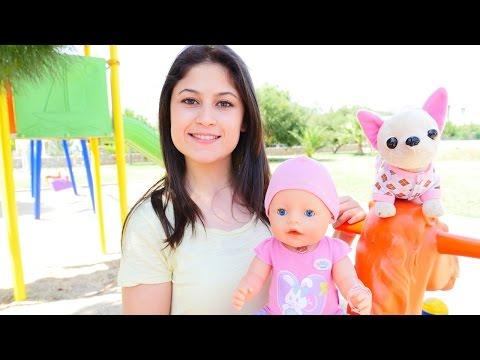 Ayşe ile çocuk parkta oyunları. Kız oyuncakları