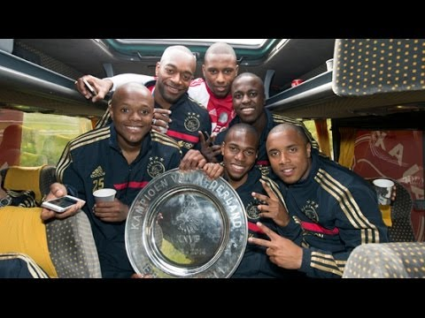 Ajax viert feest in de bus / Ajax' bus party