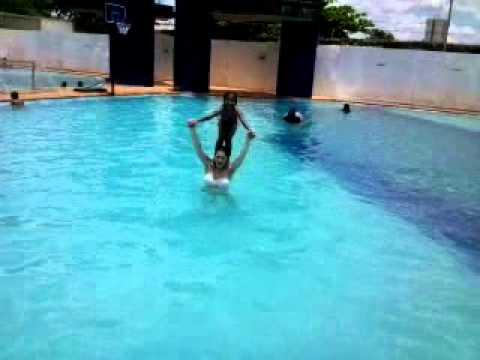 Salto na piscina Duda