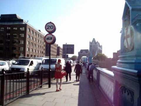شباب ورجال لندن يغازلون ويعاكسون الجنس الثالث بشير