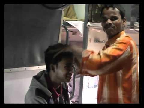 Индийский массаж головы в поезде.