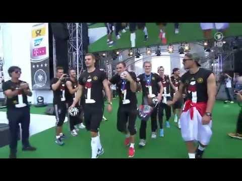 Bastian Schweinsteiger, Manuel Neuer & Co lassen sich feiern! | Fanmeile Berlin  | ARD