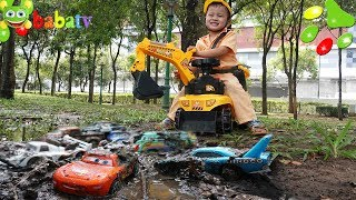 Kids pretend play with Excavator and Lightning McQueen Disney toy cars wash