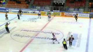 Antti Uiton taklaus (Kouvolan KooKoo vs. Vaasan Sport)