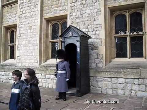 Tower of London guard speaks angry to tourists, English Queen's guard verbal attacks tourist
