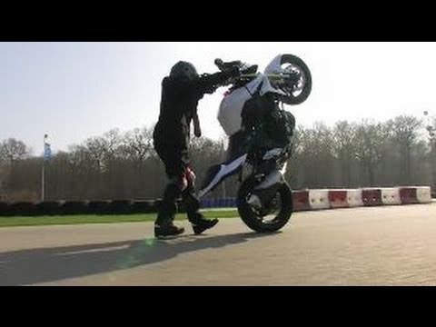 La Suzuki GSR 750 c'est pas pour les lopettes ( video officielle moto journal )