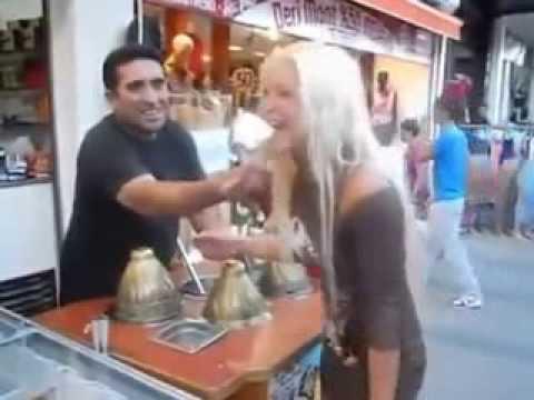 Прикольный продавец мороженого в Турции  троллит блондинку из России 'Ice Cream'