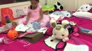 SUE sung sướng bóc quà sinh nhật tròn 6 tuổi (27/10/15)