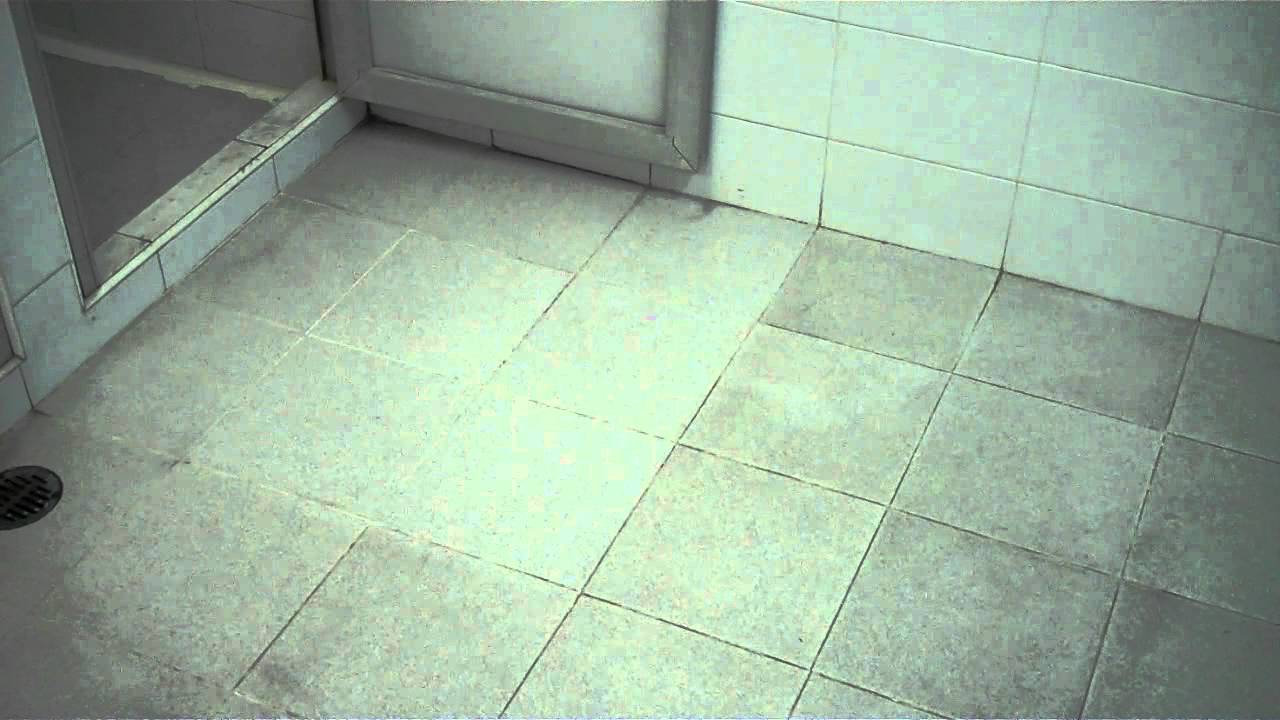 Video antiderrapante mexa en piso de loseta cer mica en - Losetas para pared ...