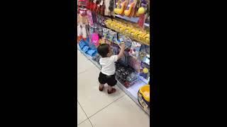 (Funny kids) Bé đi siêu thị mua đồ vui quá không muốn về | Nhạc Thiếu Nhi
