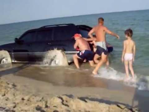 машина тонет в песке на берегу Азовского моря