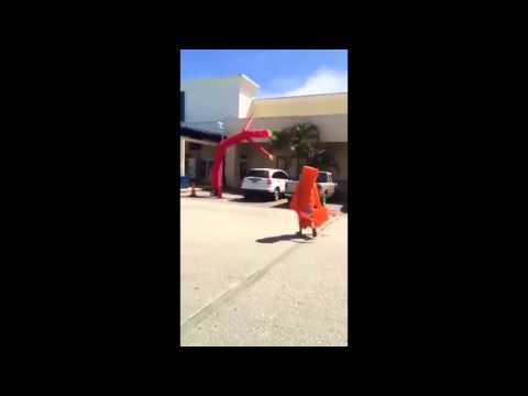 空気で踊るエア―看板と一緒にい踊る男が面白いw