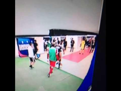 Brandao agrede de un cabezazo a Thiago Motta en los túneles al final del juego.