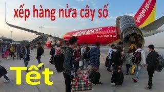 Xếp hàng cả cây số để lên máy bay về quê ăn tết ở sân bay Tân Sơn Nhất