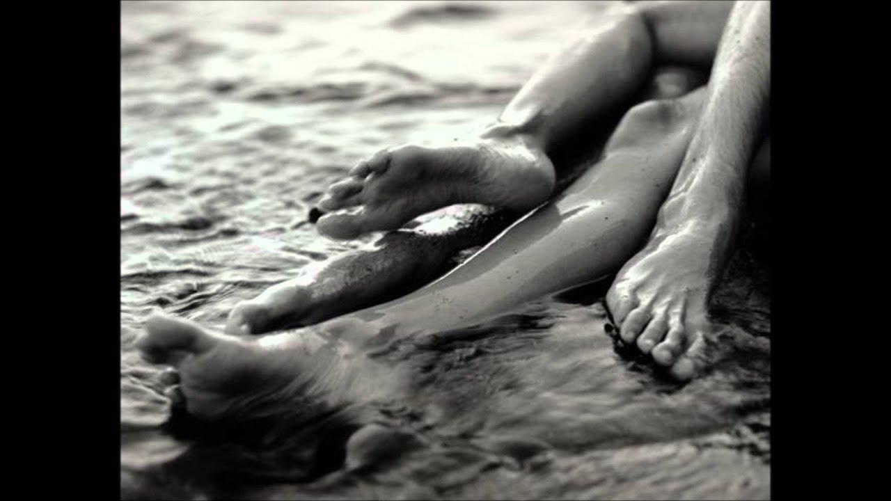 Целует ноги девушке фото 1 фотография