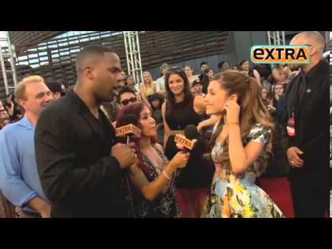 Celebs twerk for Extra TV on MTV VMA's red carpet thumbnail