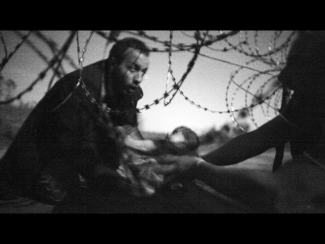 Picture of refugee father and baby wins World Press Photo award