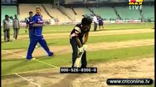Shahrukh Khan playing cricket.flv